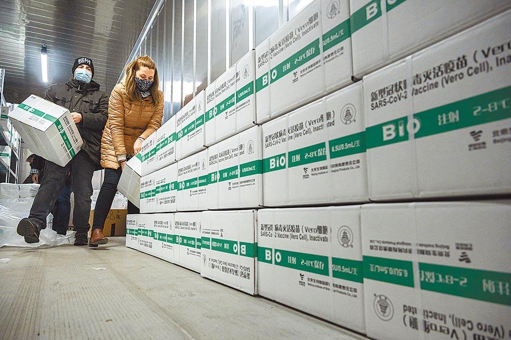 工作人員於3月3日在匈牙利布達佩斯後勤基地,卸下新送達的中國製藥公司冠狀病毒疫苗。(美聯社)