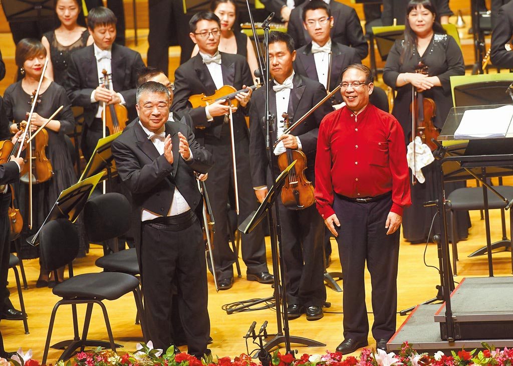 大陆作曲家鲍元恺(前右),接触台湾的南北管、歌仔戏、布袋戏,採集百首原住民歌曲,将台湾地方人文风景谱写成交响组曲《台湾音画》。图为2016年在北京举行的「粉墨春秋」京剧交响音乐会。(新华社)