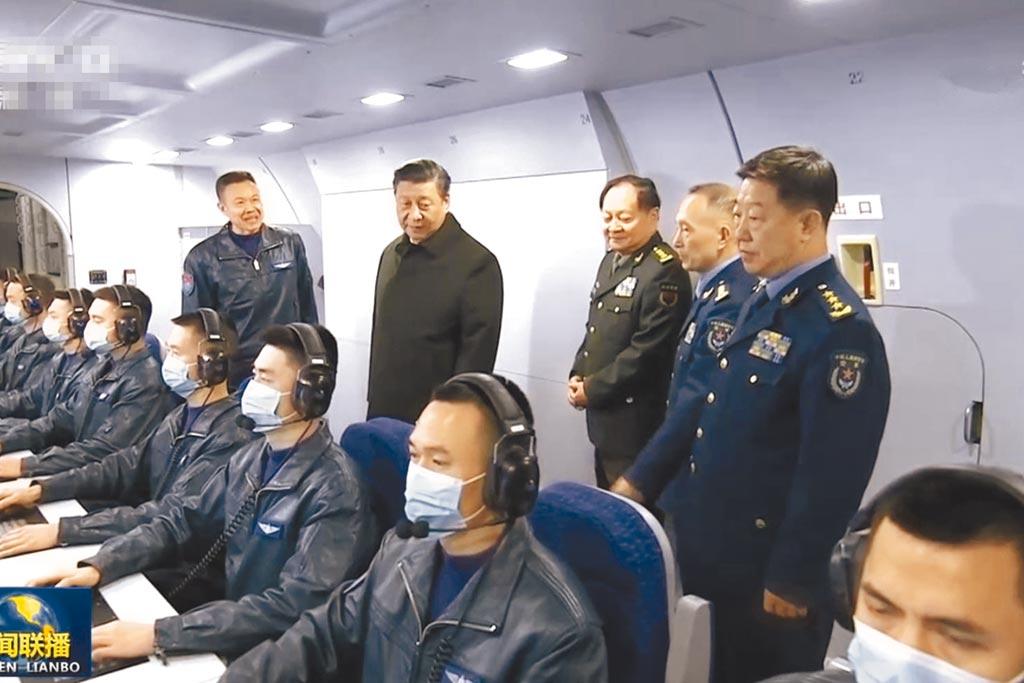 中共中央军委主席习近平日前视察贵州,进入电子作战机舱,藉此强调信息化作战的重要。(央视截图)