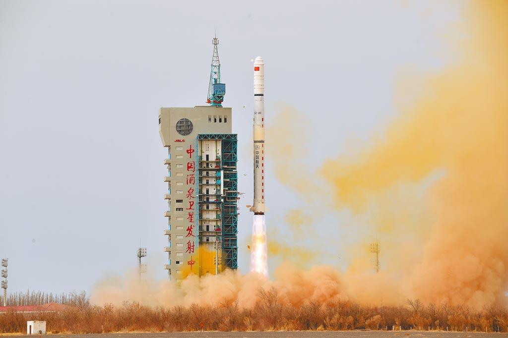 全球首顆搭載主動雷射雷達二氧化碳探測的大氣環境監測衛星,將於2021年7月出廠待發射。圖為大陸2月24日在酒泉衛星發射中心,將遙感31號03組衛星發射升空。(新華社)
