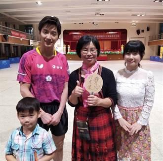 江宏傑曾偕福原愛返母校 送上夫妻簽名球拍