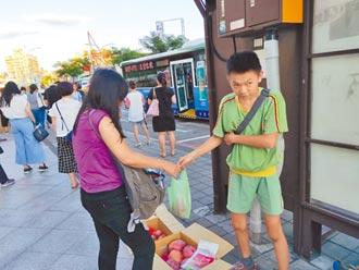 視障兒伴盲母賣水果 謝上天磨練