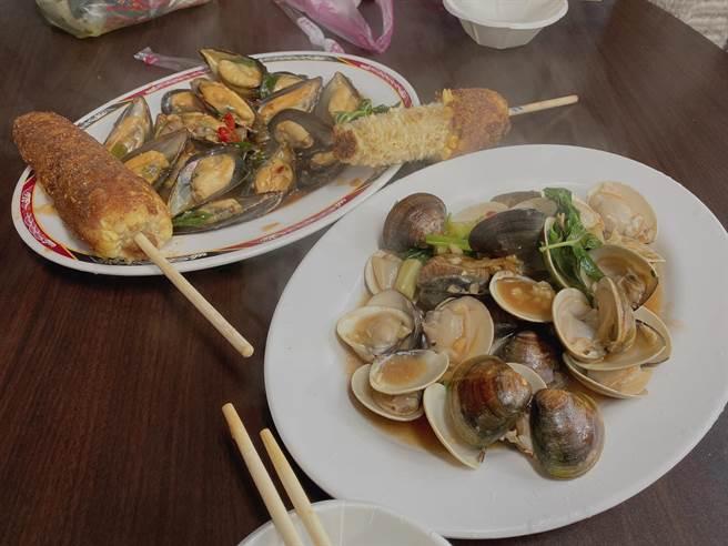 民眾趁著228連假到八里渡船頭遊玩,用餐時間到八里市集點兩道海鮮熱炒(炒孔雀蛤、蛤蜊)示意圖。(戴上容攝)