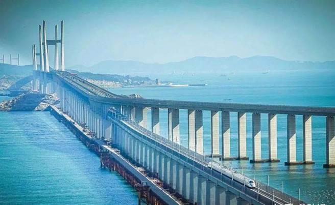 在大陸交通部的規劃下,平潭將成為跨台灣海峽大橋的起點,橋體可能採用目前平潭海峽大橋使用的鐵公路共構方式。圖為去年7月通車的平潭海峽大橋。(圖/新華社)