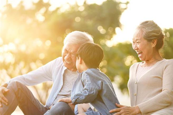 驚蟄來臨,春雷初響,萬物復甦,可以常常出門曬太陽、接地氣,養生健體。(示意圖/Shutterstock)