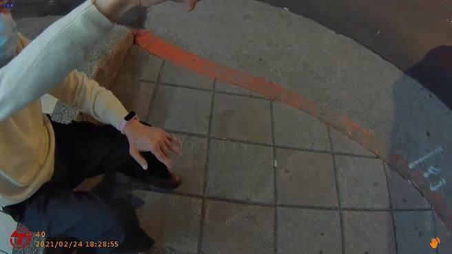 金鐘主持人高信譚因迷路體力不支坐在路邊,熱心員警協助返家。(圖:民眾提供)