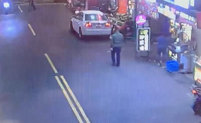 警方已锁定涉案的绿衣男子。(翻摄画面/李俊淇新北传真)