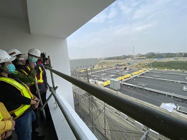 台南市長黃偉哲今天視察永康水資源回收中心及再生水廠新建工程。(曹婷婷攝)