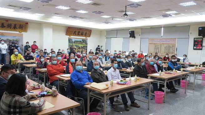 永靖鄉農會5樓大禮堂擠滿人,45席代表僅1人缺席,列席的小組長也全員到場,加上關心的會員、維護秩序的警力,十分熱鬧、氣氛略顯緊張。(謝瓊雲攝)