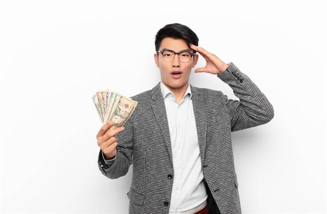 威力彩邁入連29摃,今晚開獎的頭獎獎金已狂飆至9億,而生肖鼠、狗、馬的朋友最受神財爺眷顧,極有可能大發財。(圖/Shutterstock)