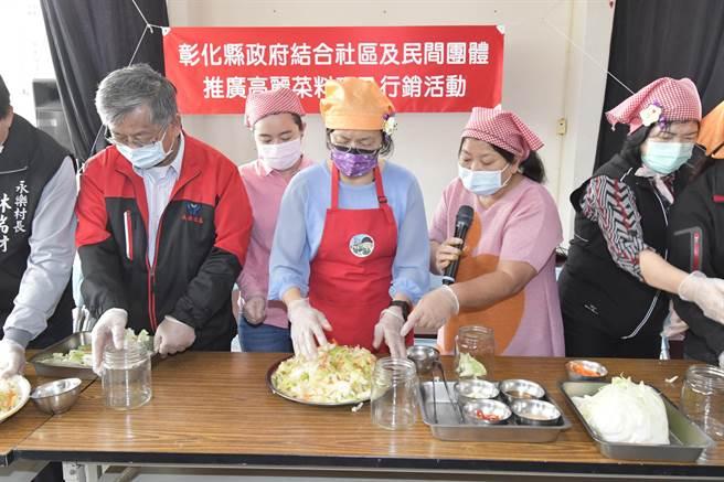 彰化縣長再度化身阿美師,現場製作泡菜等高麗菜料理。(吳建輝攝)