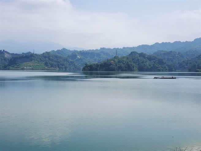 满水位时,小山丘是消失的。(周丽兰摄)