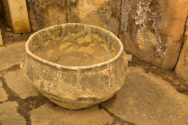 進化鎮一名村民在院子挖竹筍時,意外發現3個瓷碗,進行鑑定後,得知此為春秋戰國時期的古文物。(示意圖/達志影像)