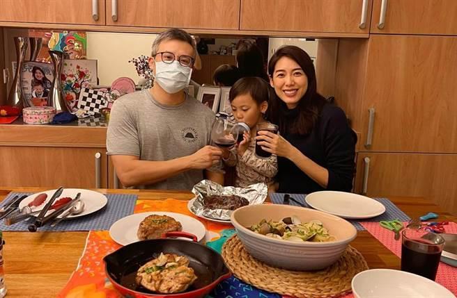 40岁名模林可彤和外商银行副总裁武广明(Tom)结婚4年,育有1子Adam。(星浪娱乐提供)