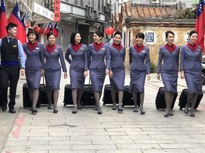 金門縣府與業者合作推出「百位空姐空少遊金門」,大力行銷金門觀光。(李金生攝)