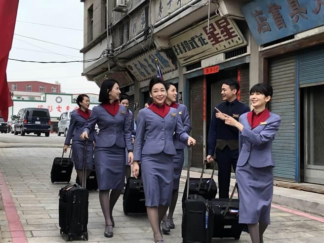 金门县府与业者合作推出「百位空姐空少游金门」,大力行销金门观光。(李金生摄)