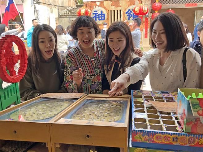 華信空姐遊金門,在陽翟大街開心玩遊戲。(李金生攝)