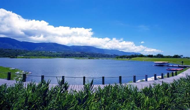 池上「大坡池」,沿著步道走,可欣賞湛藍天空與澄淨的池面。(日暉國際渡假村提供)