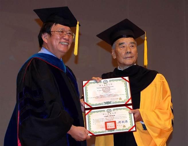 三福集團總裁蕭火綿(右)今4日過世,享耆壽91歲。(本報資料照∕呂妍庭嘉義傳真)