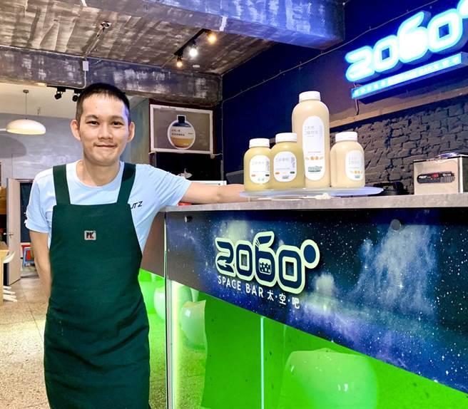來自馬來西亞的鄧建緯,以一身養藻技術,研發健康調飲,深受好評。(李宜杰攝)