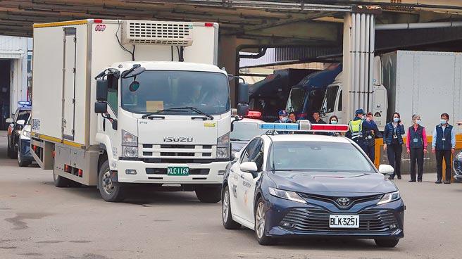 首批AZ疫苗由航警開道駛離華儲停車場,前往大園地區的裕利醫藥物流公司。(陳麒全攝)