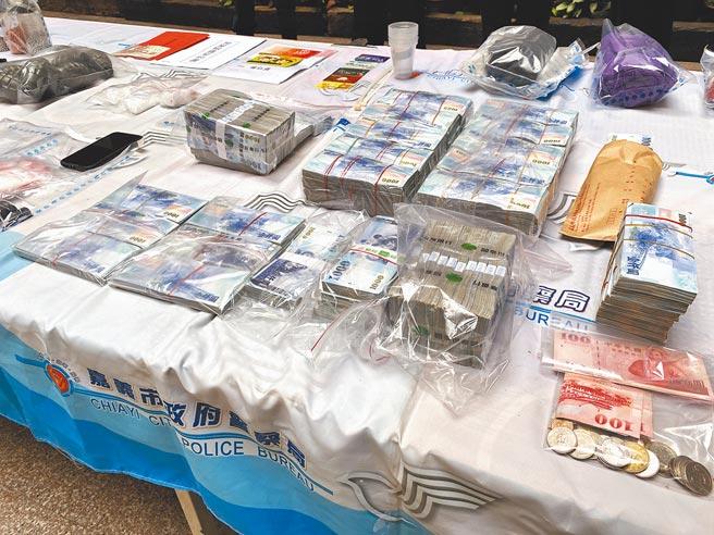警方偵破嘉義擄人勒贖案,追回贖金贓款部分現金。(廖素慧攝)