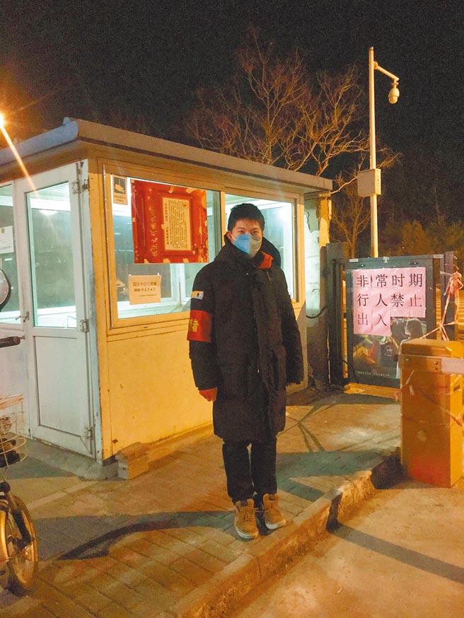台青陳文成擔任其居住社區出入口的防疫志工。(圖/陳文成提供)