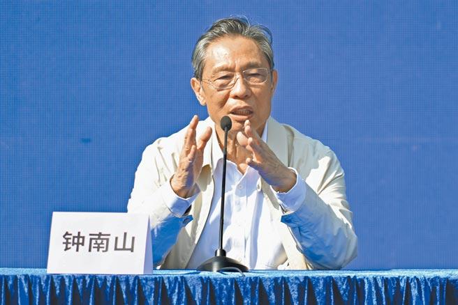 截至3月2日,北京全市累計接種765萬劑次新冠疫苗,累計接種達500萬人,其中264萬人完成兩劑次接種。圖為中國工程院院士鍾南山。(中新社)