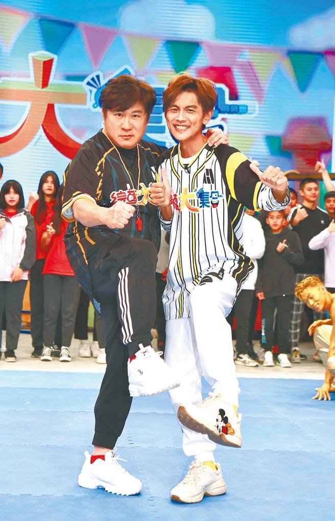 胡瓜(左)、阿翔昨主持《綜藝大集合》。(民視提供)