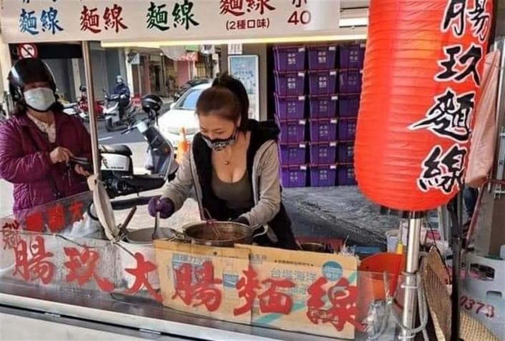 嘉义市西区一间大肠麵线摊老板娘太漂亮,引起网友争相朝圣。(翻摄脸书社团《蚵仔麵线神教》)