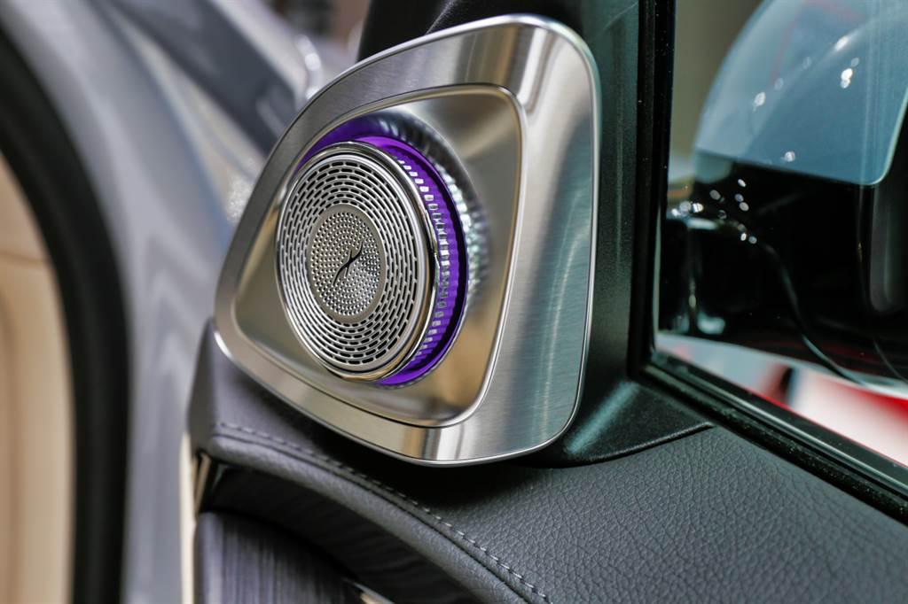 提供Burmester 4D體感音響,全車配備多達31具揚聲器,包含車頂、椅背內都有設置。