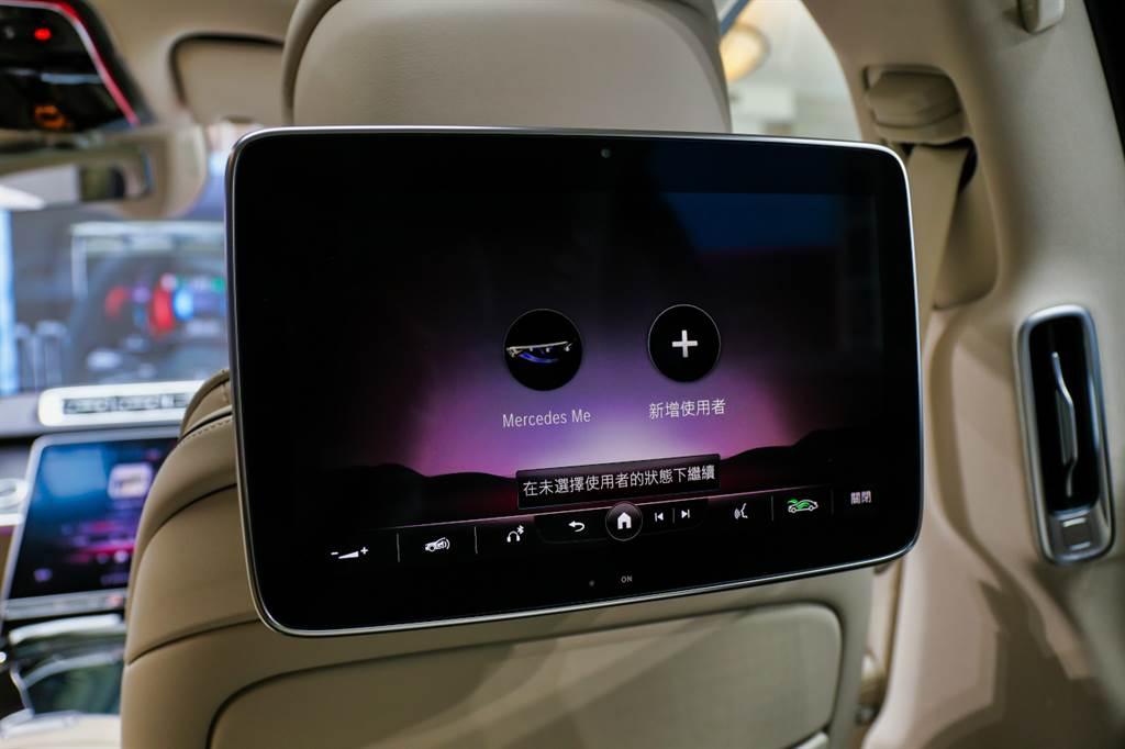 後座可選配兩組11.6吋的觸控螢幕,且後座也具備獨立的語音助理,與前座同樣可以「你好,賓士」來呼喚智能助理。