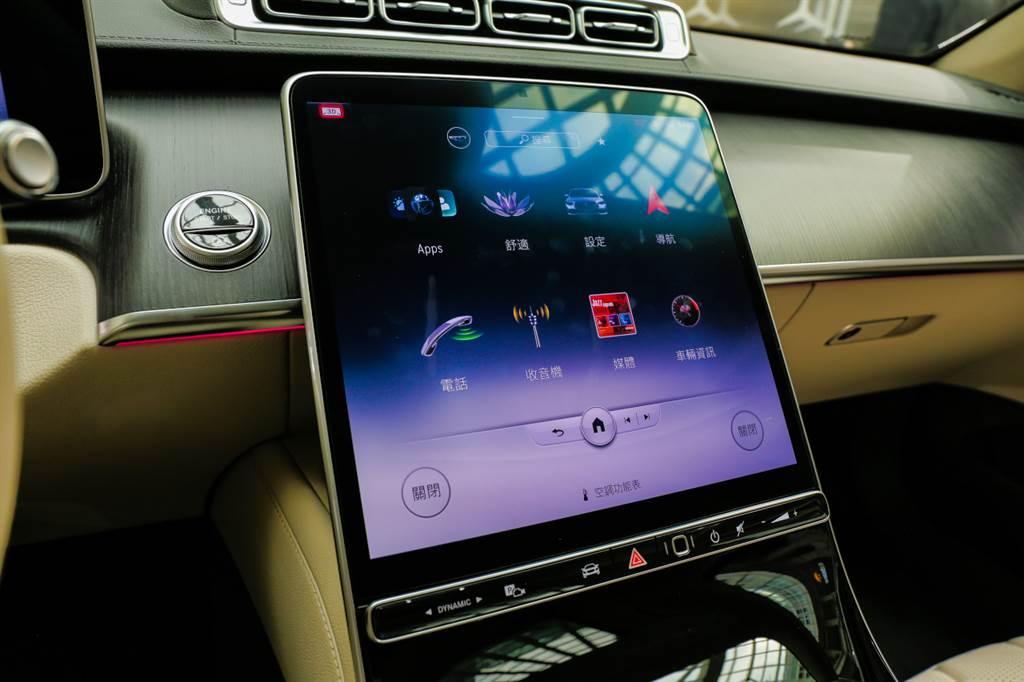 新世代MBUX系統大幅減少實體按鍵,將多數功能整合進12.8吋OLED觸控螢幕。