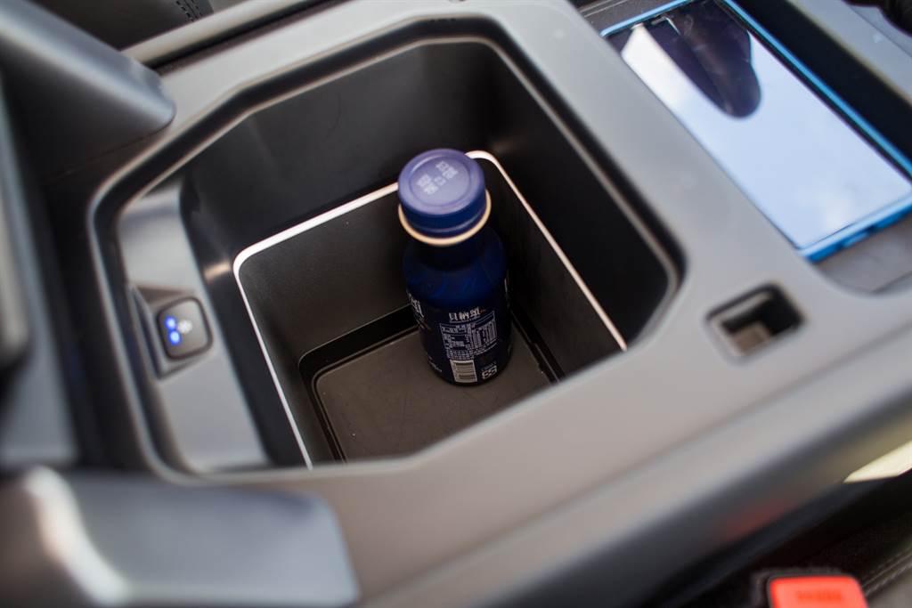中央扶手內的置物盒提供保冷功能,實際把早上買的咖啡放了大半天,下午飲用時還是冰冰涼涼。(陳彥文攝)