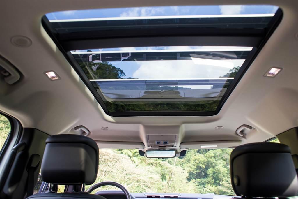 全景天窗面積延伸至第二排上方,視野相當開闊。(陳彥文攝)