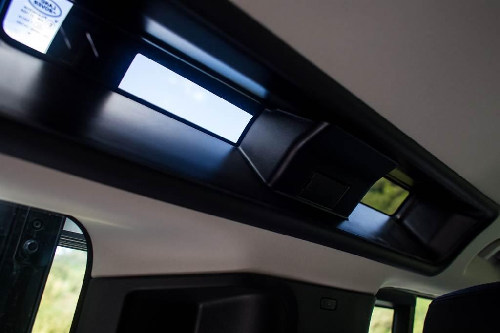 在行李廂兩側上方設置「觀星窗」,此為Defender經典設計的一環,畢竟已經有了全景天窗,躺下看星星何必透過這三扇小窗?(陳彥文攝)