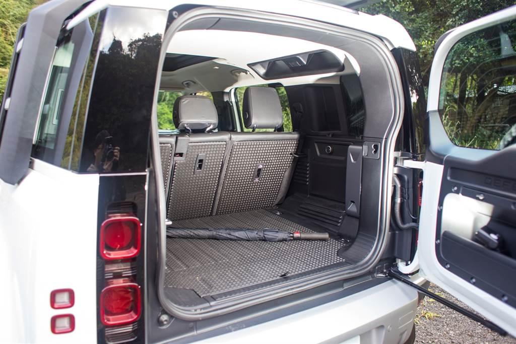 由於長軸車型提供5+2座配置,5人座的試駕車因而擁有容積達到786L的行李廂空間。(陳彥文攝)