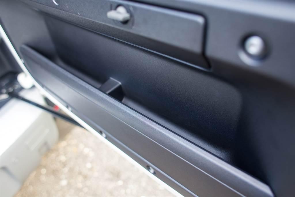 雖然為了尾門上的備胎而採用了較為不便的側開門設計,但尾門上能提供置物空間是額外的好處。(陳彥文攝)