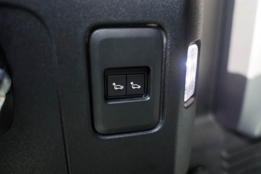 尾廂上設有快速升降車尾高度的按鈕,便於搬運行李。(陳彥文攝)