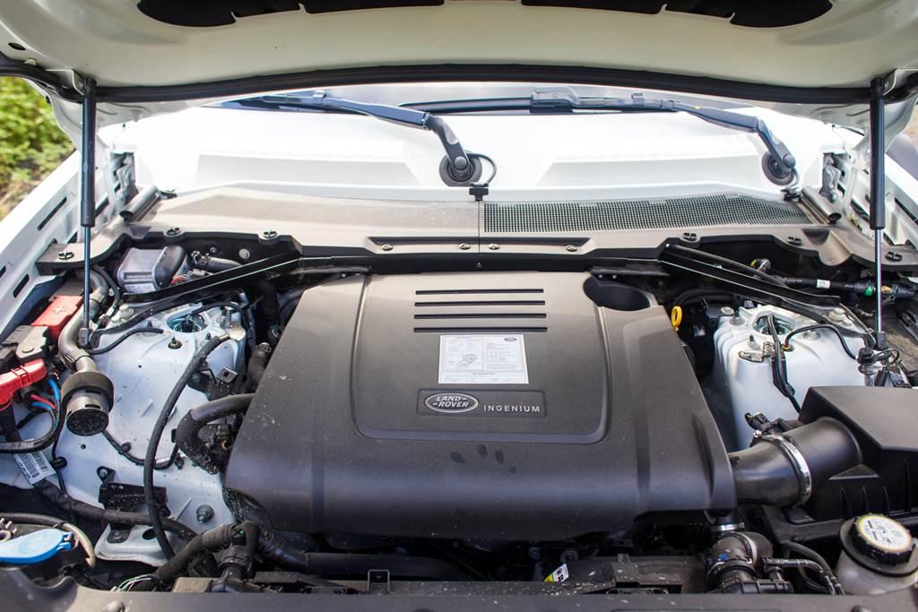 動力搭載JLR集團廣泛運用的2.0升渦輪增壓引擎,提供300PS/5500rpm最大馬力與450Nm/4500rpm最大扭力,並且為越野性能特別調校。(陳彥文攝)