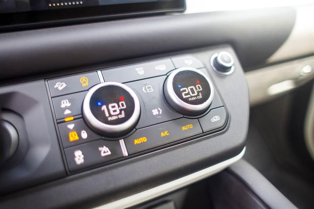 空調旋鈕與Terrain Response 2選擇旋鈕整合,按下中央的切換鍵方能調整駕駛模式。(陳彥文攝)