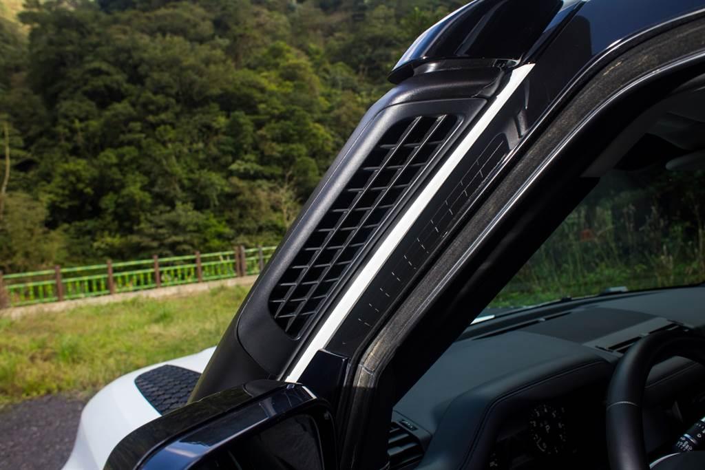 試駕車選配的加高進氣口有助於增加涉水深度,不過原廠並未提供相關數據。(陳彥文攝)