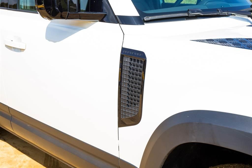 有別於一般車款由車頭進氣的設計,Land Rover一向將進氣口設於葉子板,用意就是增加涉水性能,減少水進入引擎的可能。(陳彥文攝)