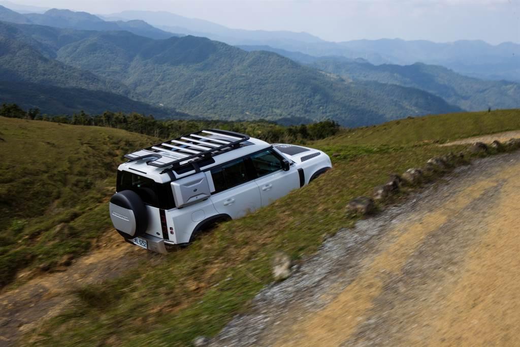 即便行駛於顛頗路面,Defender依舊擁有舒適的行路品質,果然是為越野而生的車款。(陳彥文攝)