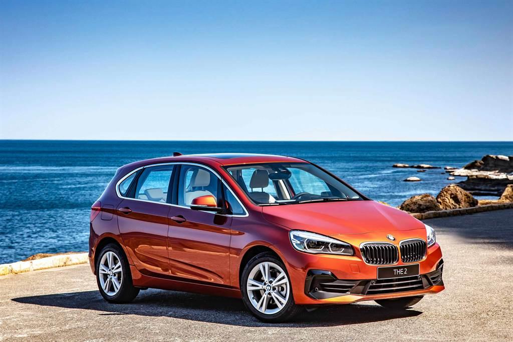 品牌標誌性的雙腎形水箱護罩與類六角形LED頭燈,搭配「C」字型黑色高光澤的進氣口設計,創造全新BMW 2系列Active Tourer俐落的車頭造型。