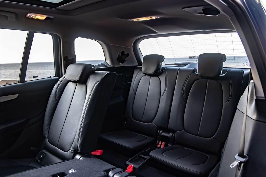 全新BMW 2系列Gran Tourer標準配備的第三排座椅,搭配後座可調式空間管理系統,使車主可隨心所欲的使用車內空間。