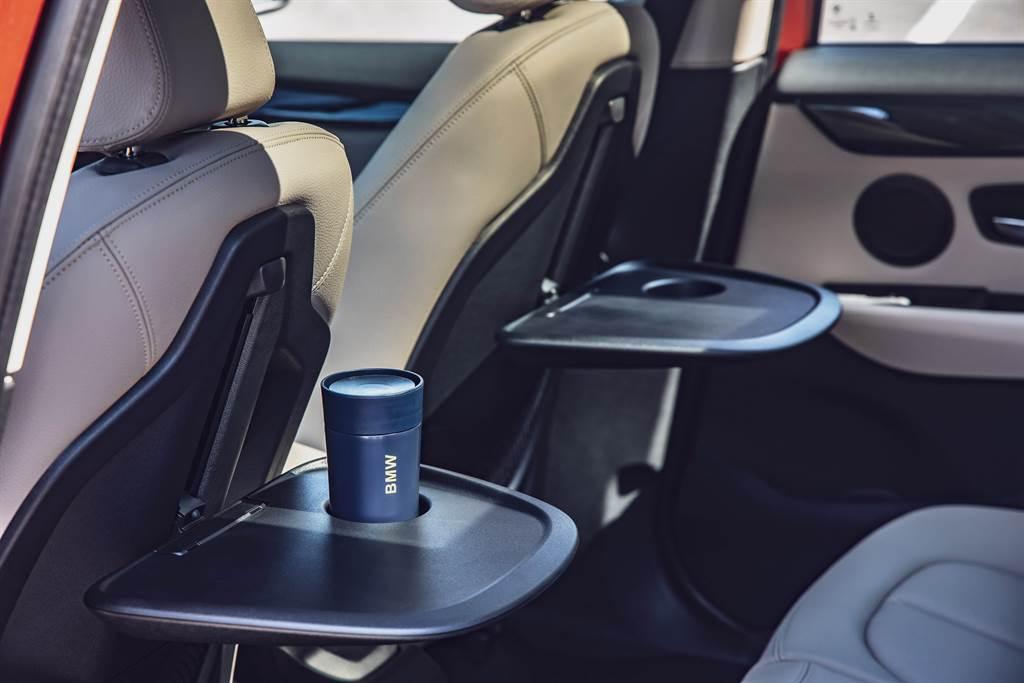 乘客可依喜好上下調整桌面高度的後座折疊式專用桌,使後座機能更加完備。