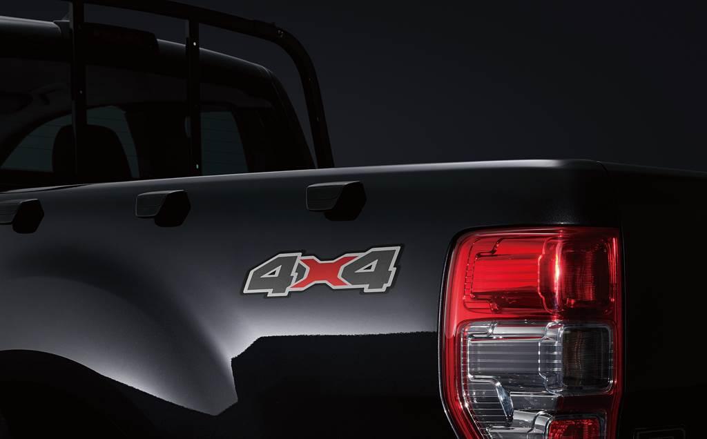 獨特4X4車側貼紙,說明Ford Ranger黑甲騎兵特仕版強悍的越野能力。