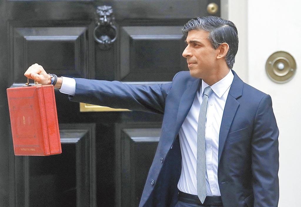 英國率先全球,計劃自2023年起調高企業稅,由現行19%調高至25%。圖為英國財政大臣蘇納克。圖/美聯社