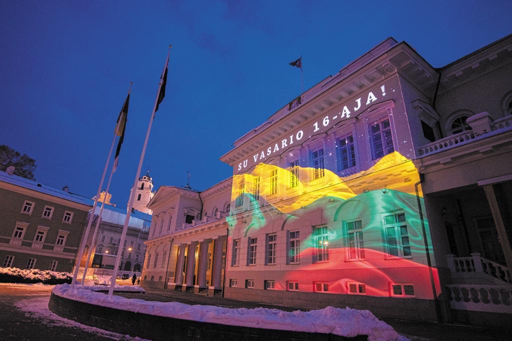 2021年2月16日,在立陶宛首都維爾紐斯,立陶宛總統府在燈光秀中被投射上國旗顏色的燈光以慶祝獨立日。當天,立陶宛慶祝獨立103周年。今年由於疫情管控措施,大部分慶祝活動改在線上進行,並經電視現場直播。(新華社)